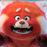 "Screenshot aus Disney/Pixars ""Rot"": Ein großer roter Panda vor blauem Himmel"