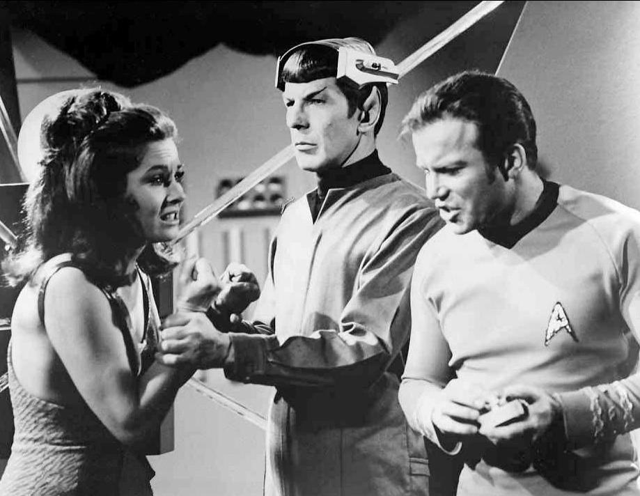 """Szenenbild aus der Serie """"Star Trek"""": Captain Kirk und Mr. Spock konfrontieren Kara."""
