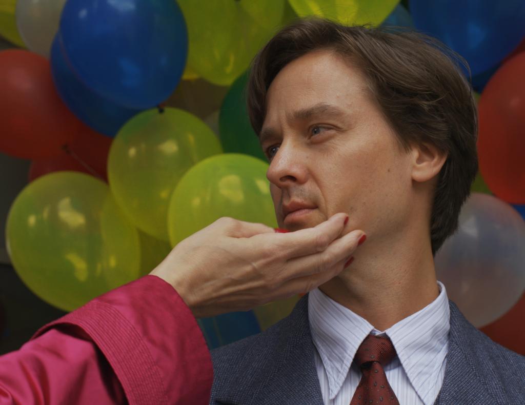 Tom Schilling Anzug Luftballon Hand Roter Ärmel