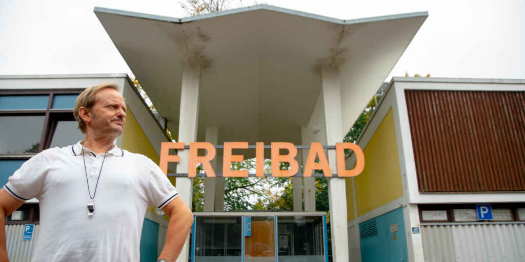 """Milan Peschel als Bademeister Karl Kruse in """"Beckenrand Sheriff"""" Bild: Leonine"""